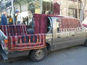 Marchand de tapis sur le marché de Tel Aviv