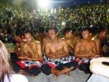 Uluwatu Indonésie Bali danse théâtre hindouisme spéctacle kecak falaises temple Le cercle des hommes psalmodiant le kecak dans l'amphithéâtre d'Uluwatu au couchant