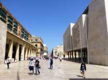 """Malte La Valette Méditerrannée architecture contemporaine rénovation urbaine Renzo Piano La """"city gate"""" rénovée de la vieille ville de La Valette avec le nouveau parlement à droite et les anciens immeubles à gauche"""