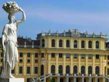 Autriche Vienne palais Schönbrunn Siss Elisabeth en Autriche baroque rococo jardins Gesamtkunstwerk Beaucoup de statues autour des immenses façades jaune ocre