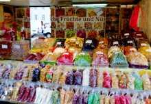 Europe centrale Autriche Vienne marché Nachmarkt alimentation gastronomie restaurant Au marché Nachmarkt de Vienne en Autriche, un débordement de goûts et de couleurs (ici fruits et noix séchés)