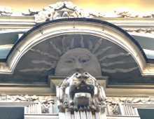 Pays baltes Lettonie art nouveau Riga architecture  Une gueule de lion sous un soleil qui est lui-même sous un visage humain