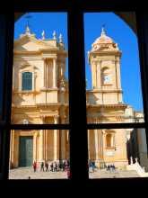 Italie Sicile baroque Toutes les fenêtres donnent sur des monuments exceptionnels de pierre dorée