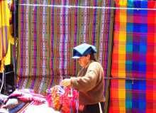 Equateur Otavalo Marchande de robes et de tissus