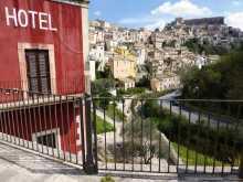 Méditerranée Italie Sicile ville baroque Raguse Je découvre Ragusa Ibla en remontant du parking du fond de la vallée