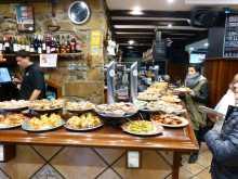 Donostia Espagne pays basque espagnol Euskadi Guipuzcoa Cantabrique San Sebastian Concha plage pintxos cuisine gastronomie Michelin Bar à pintxos typique du vieux quartier de San Sebastian. Les clients prennent une assiette et se servent