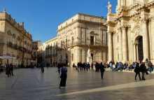 Méditerranée ionienne Italie Sicile Etna Syracuse Ortygie Ortigia côte port grec histoire baroque ville sicilien  La piazza del Duomo centre historique de l'île d'Ortygie (Ortigia) depuis la plus haute antiquité grecque
