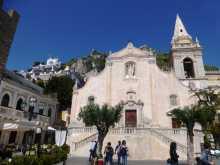 Méditerranée Ionienne Italie Sicile Taormine Dolce Vita stars people Le coeur de Taormine : l'église San Guiseppe au centre du Corso Umberto I, face au belvedère