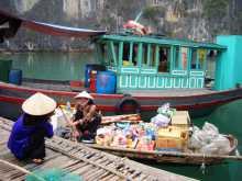 Vietnam Baie d'Halong Une commerçante en pleine négo