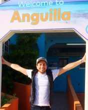 Tony Rodach à l'entrée de l'île d'Anguilla aux Caraïbes