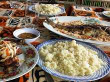 Côte d'voire recette  L'attiéké ici dans un maquis d'Abidjan, se mange soit avec du poisson braisé (au fond) ou du poulet (à gauche) et toujours avec du piment (petite coupelle)
