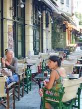 Dans les vieux quartiers de Thessalonique en Grèce, le café est frappé et ne se boit plus dans des tasses à l'ancienne