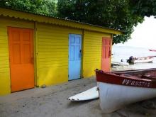 Maison de pêcheur, barque et planche à voile à Sainte-Anne (Martinique, Antilles)
