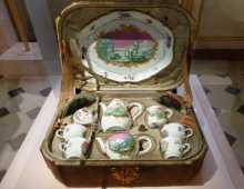 Nécessaire à thé et café du XVIIIème. Quel voyageur s'encombrerait d'un tel service aujourd'hui ?