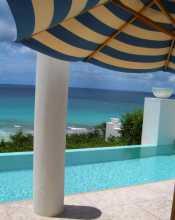 Caraïbes Antilles Leeward Island Anguilla Bleu de la mer, bleu du ciel, bleu de la piscine, bleu du parasol