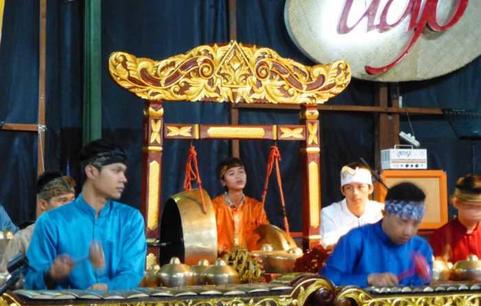 Asie Indonésie Java Bandung Soundanais musique angklung spectacle Udjo L'orchestre traditionnel gamelan (xylophones, gongs,...) qui soutient tous les spectacles de l'école Udjo