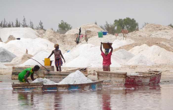 Afrique de l'Ouest Sénégal Lac Rose production de sel salines Sur les rives commence un fastidieux transbordement manuel, affaire de femmes