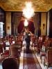 le ballet de serveurs et serveuses au pas pressé mais silencieux sur les tapis (pâtisserie Gerbeaud, Budapest, Hongrie)